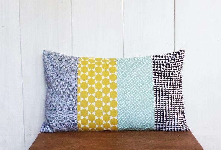 Housse de coussin 50 x 30 cm patchwork tissus motifs étoiles asanohas grises, triangles noir, chevrons verts et losanges jaunes style : Textiles et tapis par zig-et-zag
