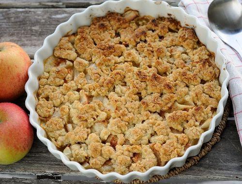 Äppelpaj med havregryn. En god hembakt äppelpaj med havregryn i smuldegen. Till äppelpaj med havregryn brukar man ha vaniljsås, glass eller vispad grädde.