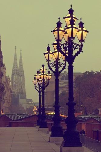 Luzes iluminando as calçadas de Viena, Áustria.