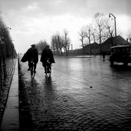 Les agents cycliste. 1945. ¤Robert Doisneau. Atelier Robert Doisneau   Site officiel                                                                                                                                                                                 Plus