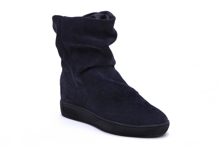 • Premium Italian full grain velour • Leather, terrycloth and microfiber lining • Rubber cup-sole • Color blue • Fits true to size Product Number: 25811A17 40
