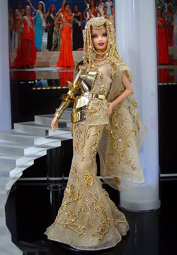 Christian Dior Haute Couture (Fall '06) Barbie. Excellent detail.