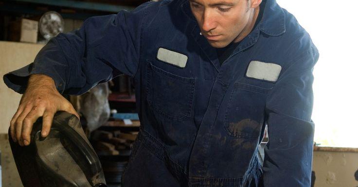 Líquido de frenos DOT 3 Vs DOT 4. Los líquidos de frenos DOT 3 y DOT 4 están formulados para lubricar las partes móviles dentro del sistema de frenos y soportar los cambios de temperatura a la vez que mantienen el estado líquido necesario para el buen funcionamiento de los frenos. Las diferencias, sin embargo, son lo que hay entre tu pie y un frenado repentino.