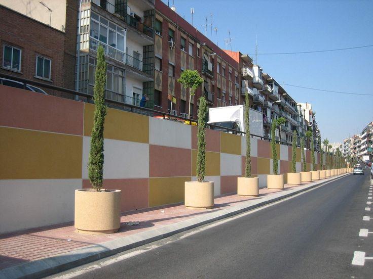 Calle Sepúlveda - fila de jardineras redondas para evitar que aparquen los coches en los laterales #jardineras #maceteros redondos #mobiliariourbano