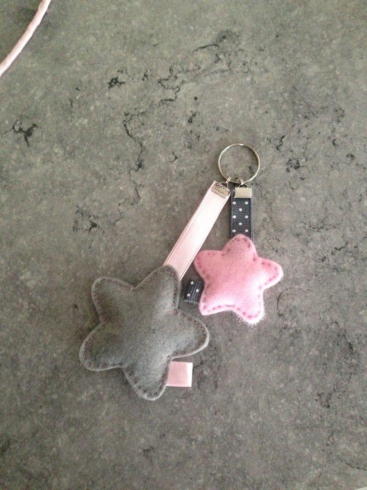 Sleutelhanger ster grijs / roze. Deze maak je zelf met een van onze stoffen! www.kwantum.nl #DIY #Stof #Kwantum