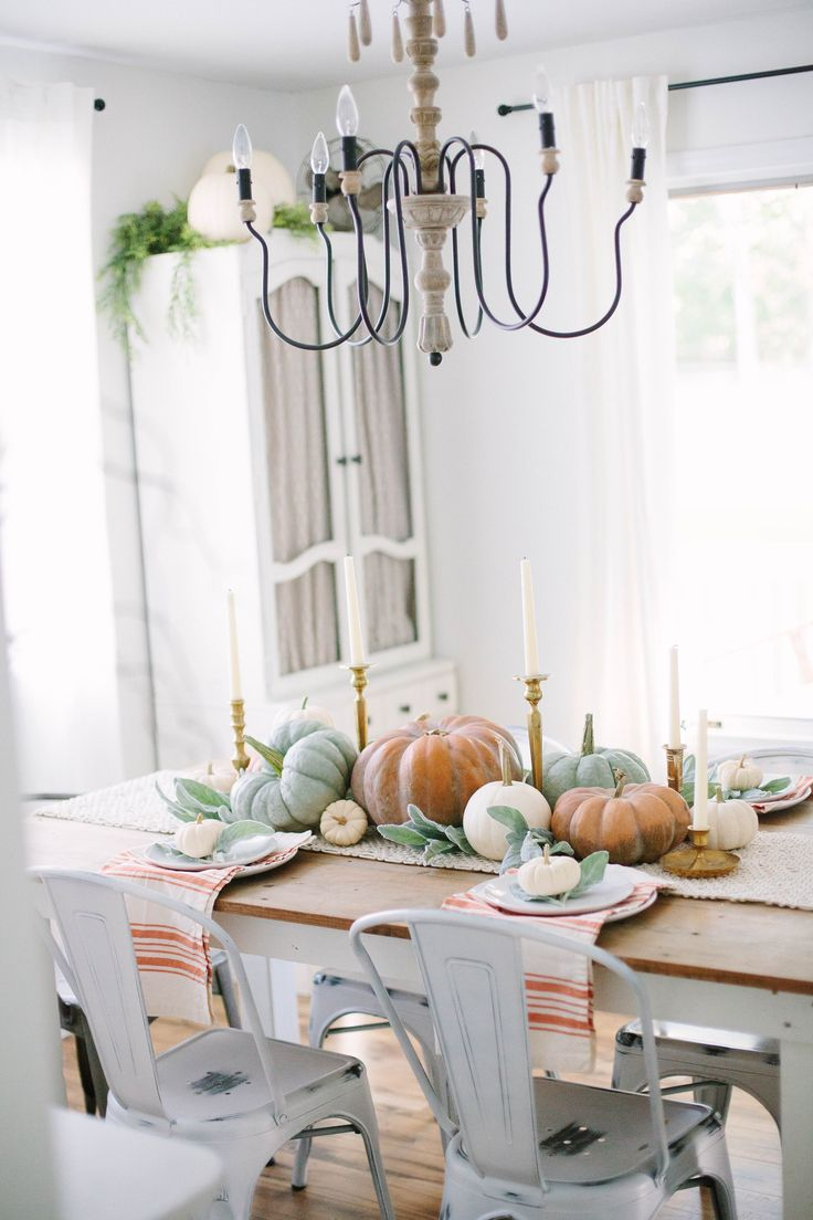 This simple Fall Cottage Dining Room uses neutral tones and natural elements to bring a the fall season into your space with sophistication and ease. #FallHomeDecor #FallFarmhouse #FallDecor