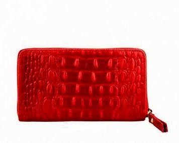 Rode Croco portemonnee van leer  De binnenzijde is voorzien van 4 vakjes waarvan 1 met een rits. De portemonnee is in zijn geheel af te sluiten met een rits rondom.  Kleur: rood Afmetingen: L16 cm ...