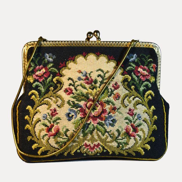 Porte-monnaie ancien broderie baroque et sa chainette vintage. DeeDee Vintage, boutique spécialisée dans la mode vintage des années 1920 à 1990. Les articles sont uniques et ont été sélectionnés dans la tendance vintage actuelle.