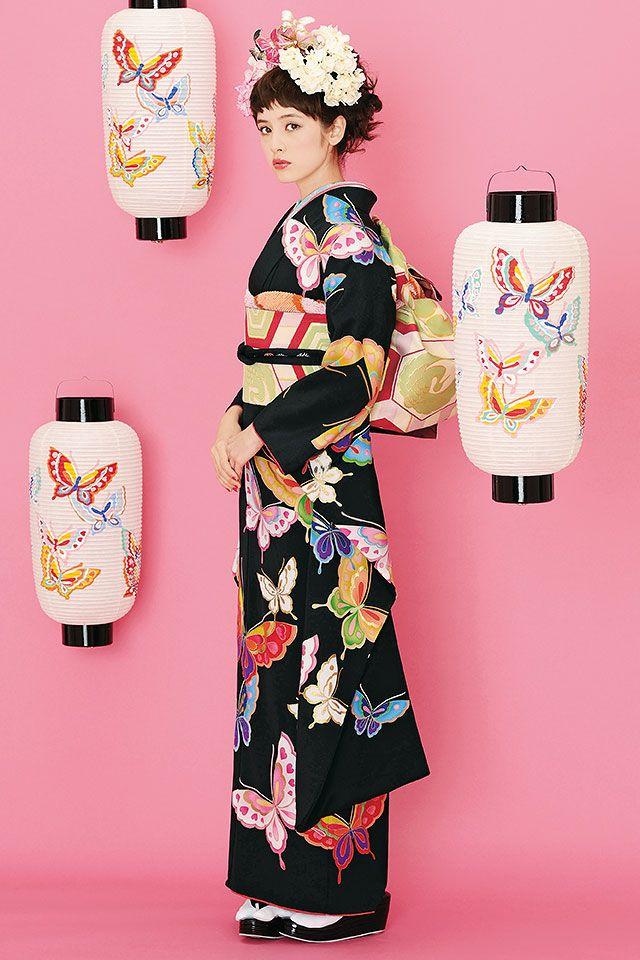 虹のように色鮮やかな蝶が黒地に舞う、モダン振袖。個性的な振袖をお探しの方に。 ■すべて揃った振袖オーダーレンタルフルセット価格 240,000円(税別)…