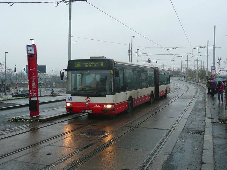 I na tramvajové trati na Barrandov museli tramvaje nahrazovat autobusy.