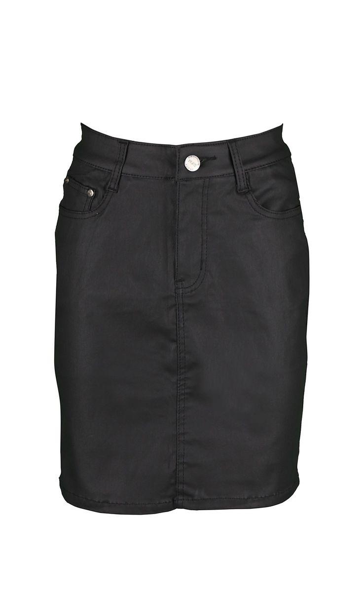 JURALI NOIR,jupe 5 poches en enduit noir,vendu 39,9€ sur www.depechmod.fr.A porter avec petit pull et Perfecto pour un look rock