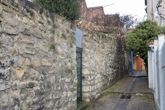 A Ivry-sur-Seine, le sentier par où, selon la tradition locale, se serait échappé Jules Bonnot, le 24 avril 1912, après avoir tué le sous-chef de la Sureté, Louis Jouin. Appelé à l'époque chemin des Bossettes, il a été rebaptisé sentier de la Liberté.