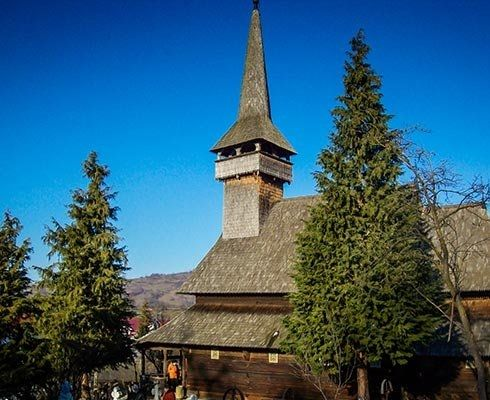 Unul dintre motivele pentru care mi-am dorit sa ajung in Maramures a fost sa vizitez bisericile din lemn. Am citit o multime de articole despre ele pe diverse siteuri si bloguri dar eram convins ca nu se compara cu a le vedea live. Din pacate timpul
