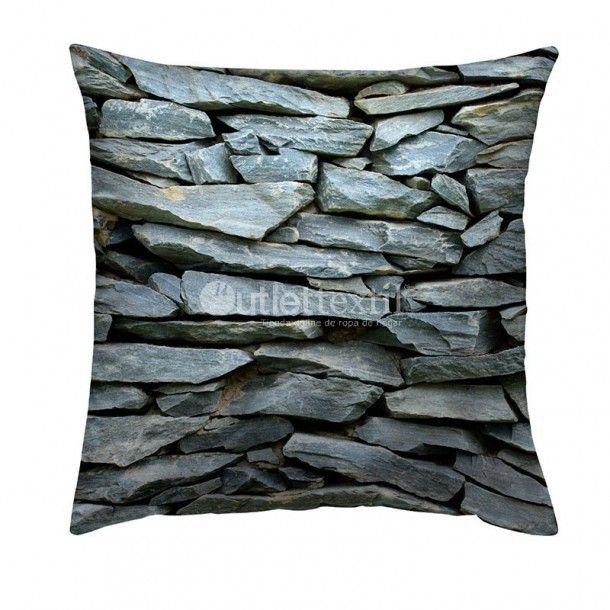 Cojín Decorativo 9104 Zebra Textil. Impresionante funda de cojín de estampado digital de un muro de piedras que casi parece que puedes tocar. Perfecta para combinar con la funda nórdica 9004 Zebra Textil.