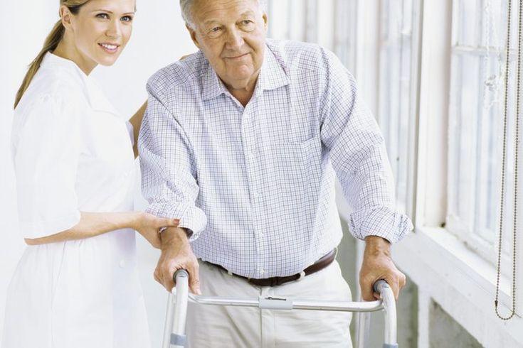 Ejercicios con colchoneta para un descuidado lado izquierdo. La discapacidad del lado izquierdo tiene lugar después de un daño significativo en el lado derecho del cerebro causado por apoplejía, cáncer, lesión traumática de cerebro o convulsiones. Como la parte del cerebro que controlaba el lado ...