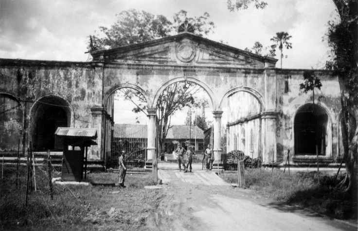 Bersiap-tijd, Indonesië. Bentengpoort in Palembang, Zuid-Sumatra, Indonesië / Nederlands-Indië. Foto genomen door militair W. F. J. Pielage....