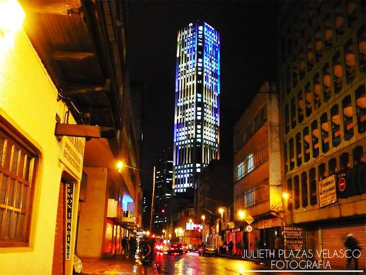 Torre Colpatria. Noche de lluvia.