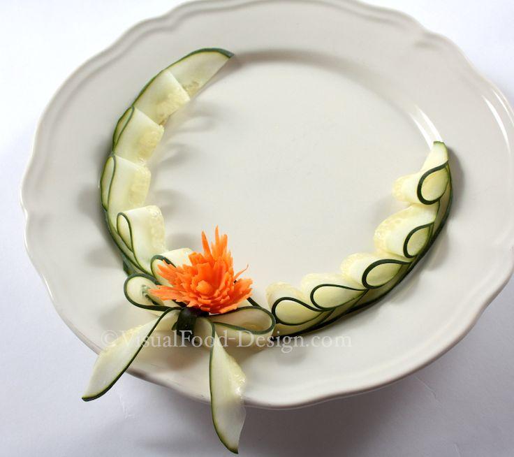 Piatto decorato con fiore di carota e fiocchi di cetriolo
