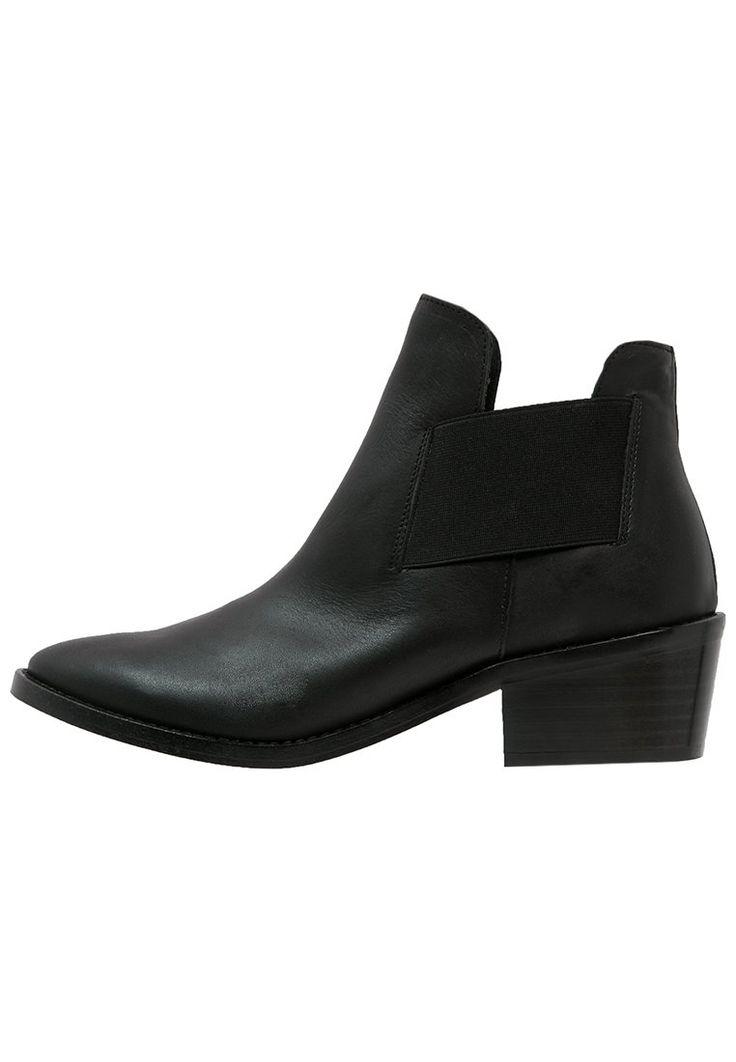 Zign Korte laarzen black, 99.95, http://kledingwinkel.nl/shop/dames/zign-korte-laarzen-black-2/ Meer info via http://kledingwinkel.nl/shop/dames/zign-korte-laarzen-black-2/