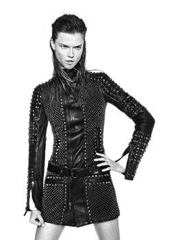 Diesel, Black Gold ile tarzının biraz daha dışına çıkarak farklı bir koleksiyon hazırlamış. Beyaz elbiseler, blazer ceketler, deriler, denim parçalar Diesel Black Gold koleksiyonunda en çok görünenlerden.  http://www.cityberry.com/mag/women/201312/birisi-cool-olmakmi-dedi
