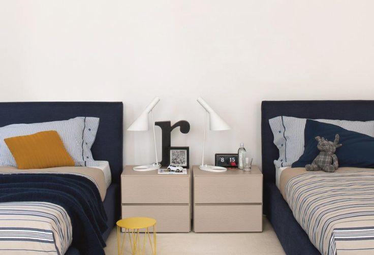Zona notte by DOIMO DD. Concept notte, coppia comodini in finitura Rovere laccato opaco Sabbia / Glamour liscio, letto singolo imbottito, rivestito in tessuto Diletta Blu.
