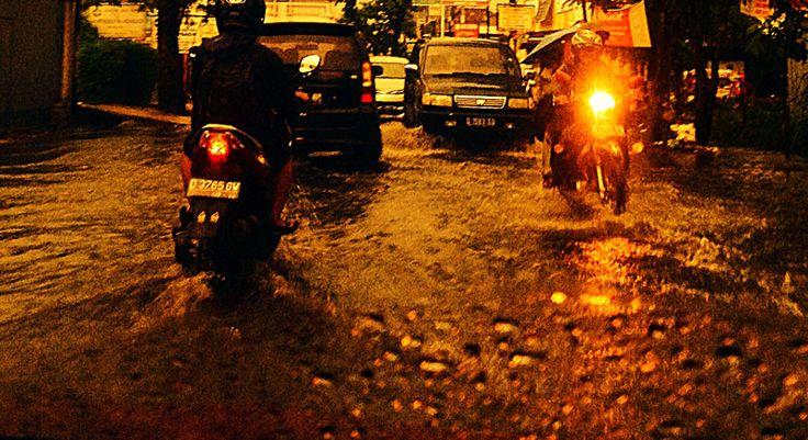 """""""Banjir bukan disebabkan oleh hujan, tetapi oleh kita yang tidak bisa menyikapinya"""" - Pidi Baiq (1997-2098)"""