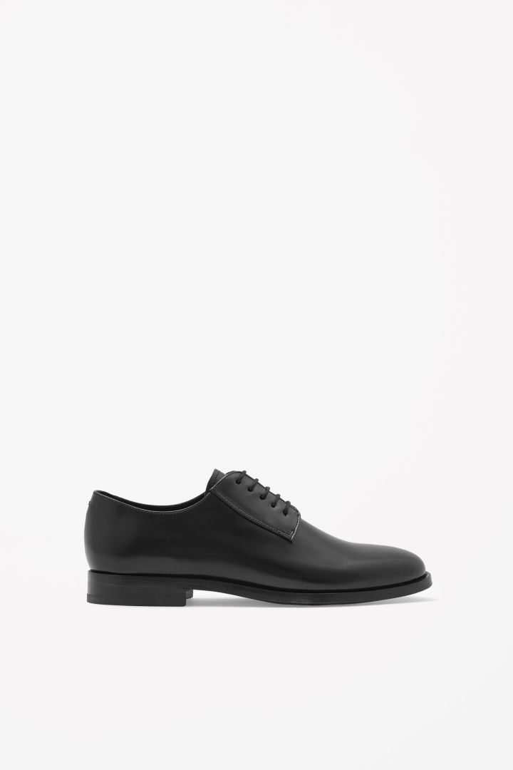 Lace-up leather shoes. Love these for tb