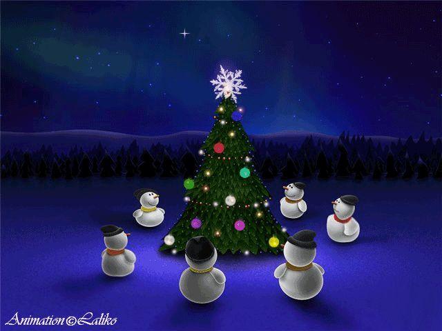 Поздравительная анимационная открытка Снеговики веселятся возле наряженной елки