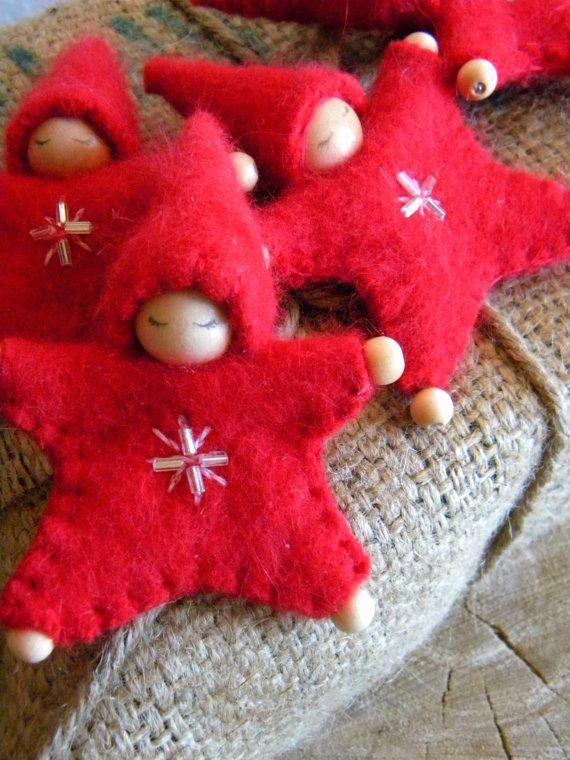 Deze zoete weinig Star Baby sieraden zullen een mooie aanvulling op uw handgemaakte Christmas decor. In mooie upcycled rode Angora ze zijn onweerstaanbaar zacht en oh zo schattig! Deze aanbieding is voor een sieraad. Er zijn 4 beschikbaar voor aankoop, elke één afzonderlijk verkocht. Deze unieke pop sieraden hebben zoete verlegen ogen, hun zachte outfits worden met de hand geborduurd met een sneeuwvlok en verfraaid met 4 kralen. Ze hebben houten kralen voor handen en voeten en darling…
