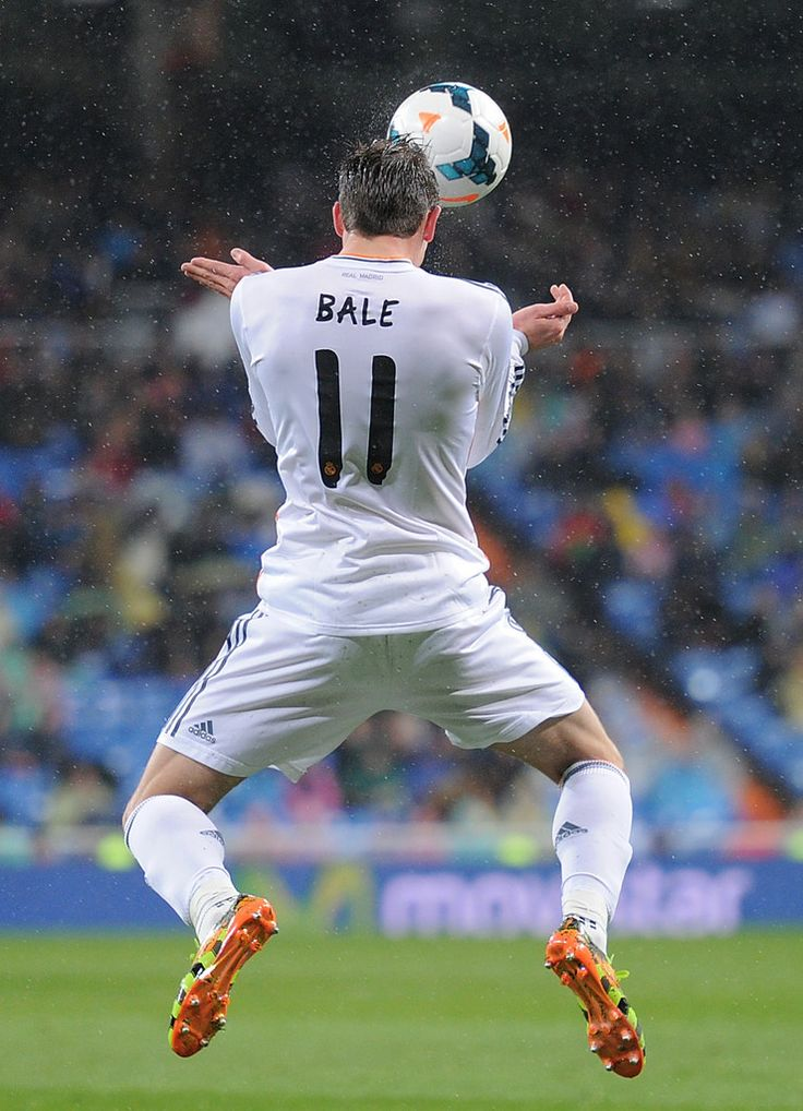 Gareth Bale controls the ball during the La Liga match between Real Madrid CF and Rayo Vallecano de Madrid at Estadio Santiago Bernabéu on March 29, 2014 in Madrid, Spain.