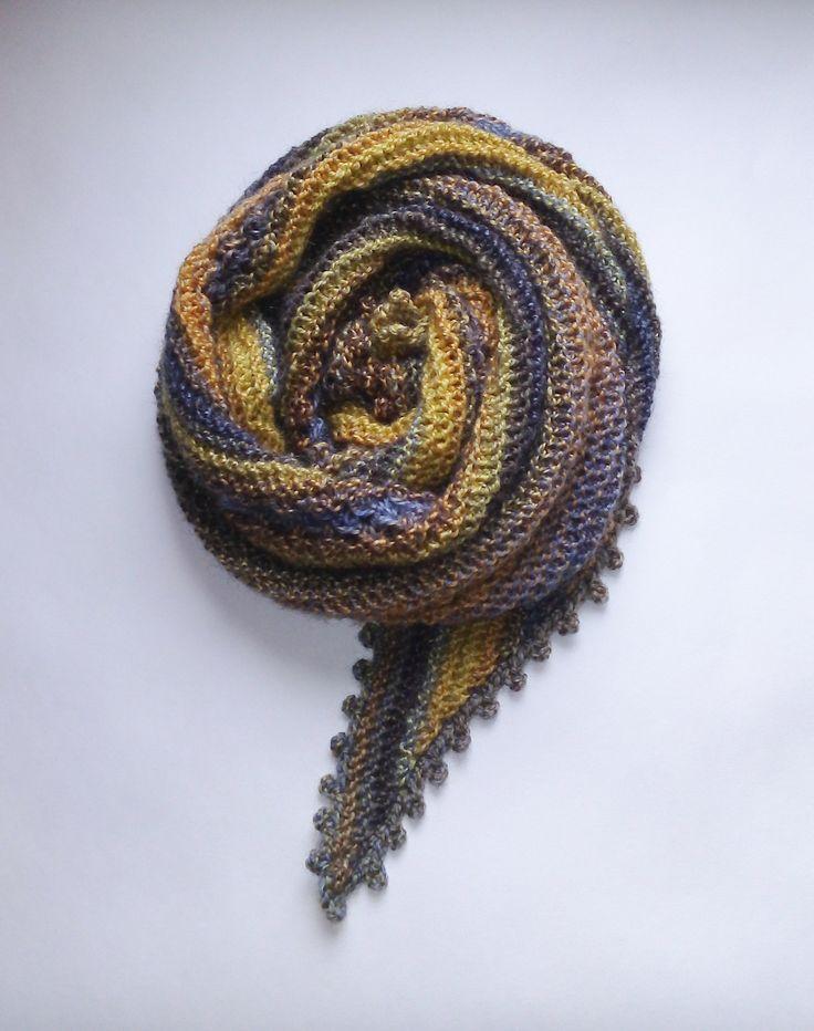 Бактус женский вязаный. Связан спицами из пряжи в составе которой мохер-альпака-акрил.