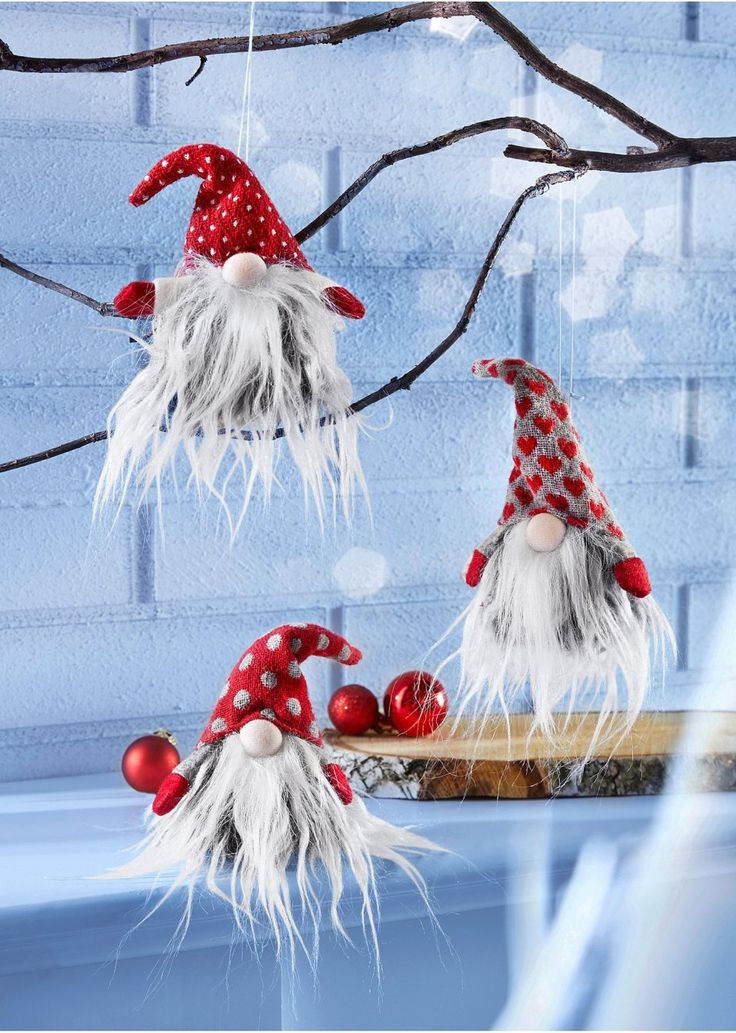 Aranyos manók, melyeket fel lehet akasztani, vagy csak a szekrényre helyezni. Vicces dekoráció a karácsonyi időszakra. A különböző sapkák teljessé teszik a trió báját. Mérete: mag./szél. kb. 18x8 cm. Felső anyag: poliészter