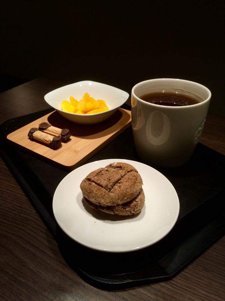 Duraznos, chocolate, semillas y un té negro.