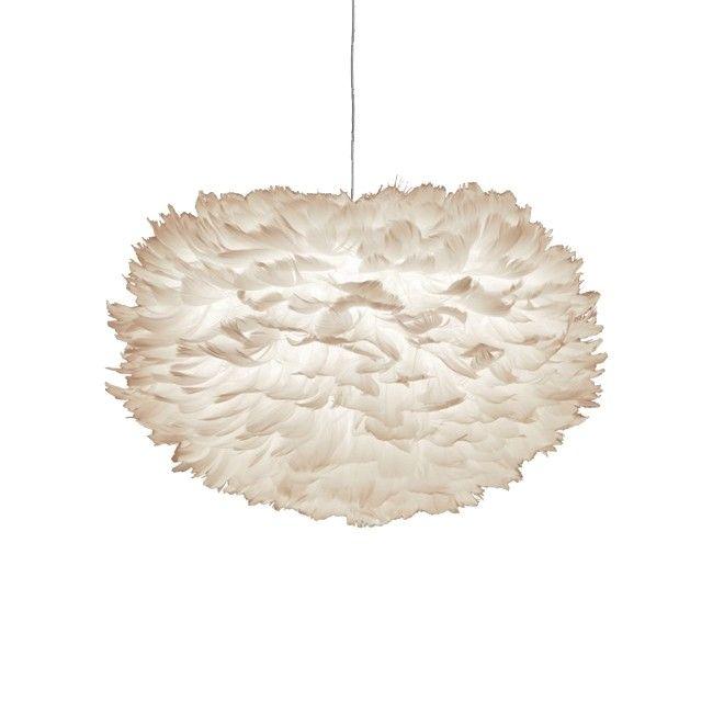La lámpara Eos pequeña mide 35 x 20 cm, por lo que es perfecto para los conjuntos creativos - colgar a algunos de ellos en distintas alturas en una esquina salón o en fila encima de la mesa de comedor. Está hecha de plumas de aves auténticas, cada una cuidadosamente colocada en un núcleo de papel a mano. Irradia una luz suave y acogedora, debido a que la bombilla está protegido, Eos mini es perfecta desde cualquier altura. La limpieza de la lámpara se hace fácilmente con un secador de pelo y…