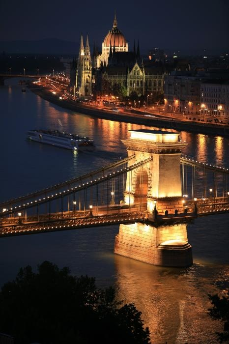 Chain Brigde, Parliament by night