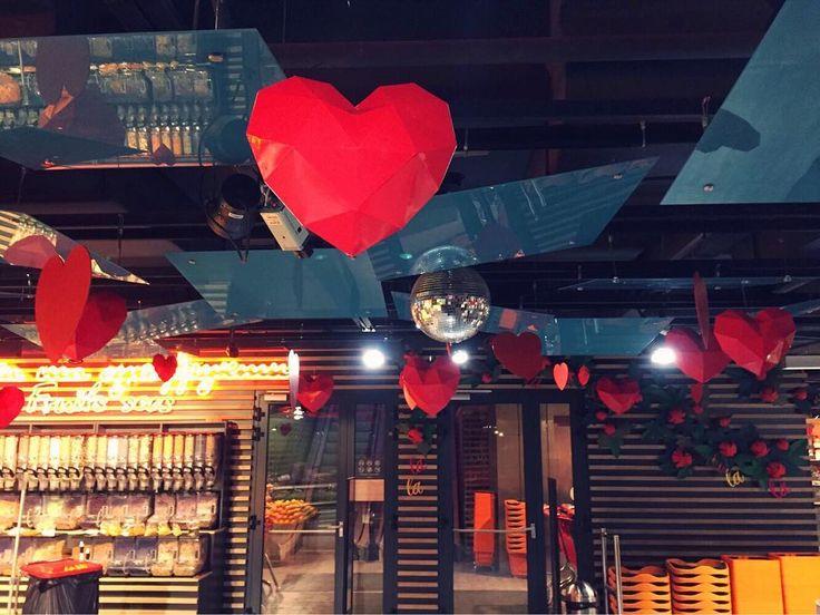 С половиной монтажей расправились🙌 Говорить что сложно не будем, просто, чтобы было красиво нужно приложить много усилий💪💪 #сердца#полигональноесердце#геометрическое#геометрическоесердце#геометрия#деньвалентина#деньвлюбленных#любовь#красный#декорации#декор#creative_decor#decoration#decor#heart#polygonal#polygonalheart#red#love#valentineday#love