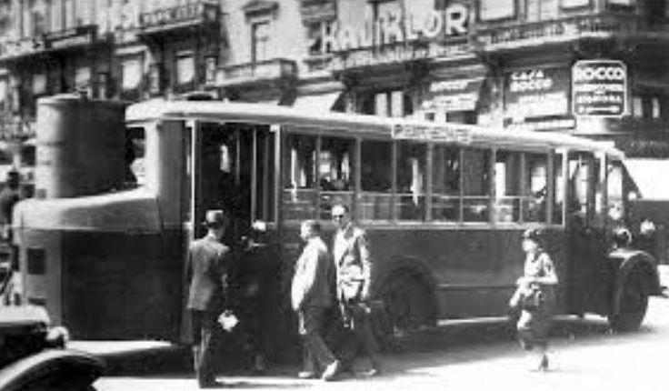 Un autobus a gasogeno in circolazione a Milano. Nel 1935, quando la Società delle Nazioni approvò una serie di sanzioni economiche contro l'Italia, finalizzate a rifiutare i prodotti italiani e a non rifornire l'Italia di alcune materie prime, il governo lanciò una campagna per l'indipendenza economica: l'autarchia. Tra i vari prodotti a rischio vi fu il petrolio. Questo spinse alla trasformazione dei veicoli circolanti a benzina mediante l'applicazione di appositi gasogeni a legna e…