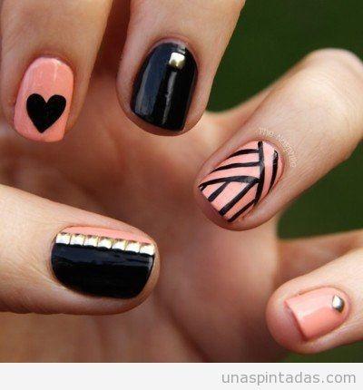 Decoración de uñas en rosa, negro y piezas doradas