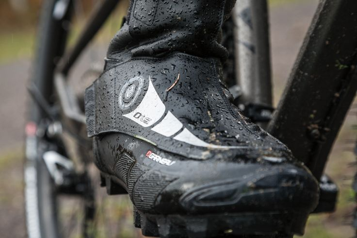All the features of the 0° LS-100 shoe contribute to making it the perfect shoe for the hardcore mountain biker and the cyclist that won't stop riding because of some bad weather. To keep your feet warm and dry, the shoe has an insulated inner sole, fully seam-sealed water-resistant 3 mm neoprene, a lined interior and a base of 4 mm foam insulation and waterproof membrane coated lining.