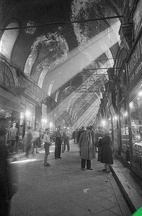 1960'lar ? Kapalıçarşı. Kapalıçarşı'nın eski kuyumcalından Hasan Beşer'in dükkanının önü.