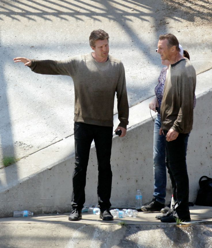 Лиам Нисон и его дублер мокнут на площадке «Заложницы 3»