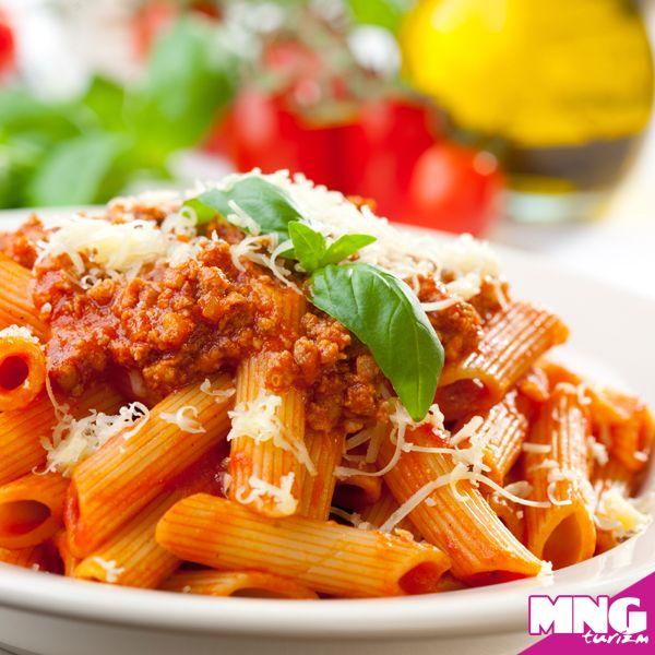 Makarna anlamına gelen pasta İtalya'da birçok farklı şekilde yapılmaktadır. Makarnanın şekline göre ismi değişir. En çok kullanılan malzemeler ise domates, peynir ve et çeşitleridir. #mngturizm #tatiliste #yurtdışıturları #italya #pasta #food #travel