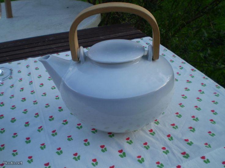 Pentik Talvi Coffee Pot Mine is chipped