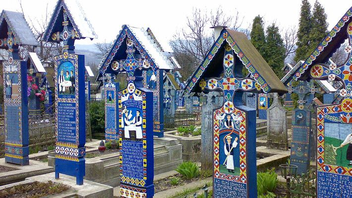 Cimitirul Vesel din Săpânța O călătorie virtuală prin Maramureş - galerie foto. Vezi mai multe poze pe www.ghiduri-turistice.info Sursa : http://ro.wikipedia.org/wiki/Fișier:Cimitirul_Vesel_de_la_Sapanta6.jpg