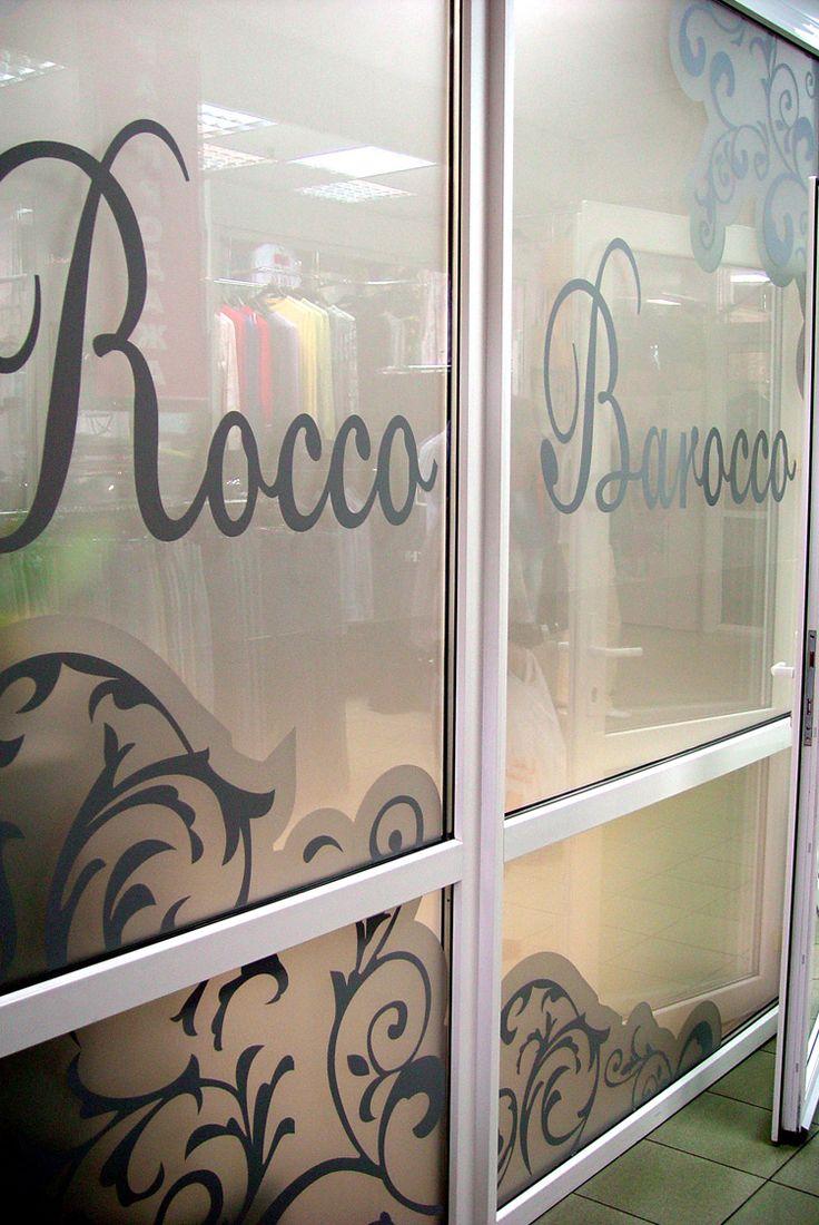 Декор стеклянных перегородок в бутике