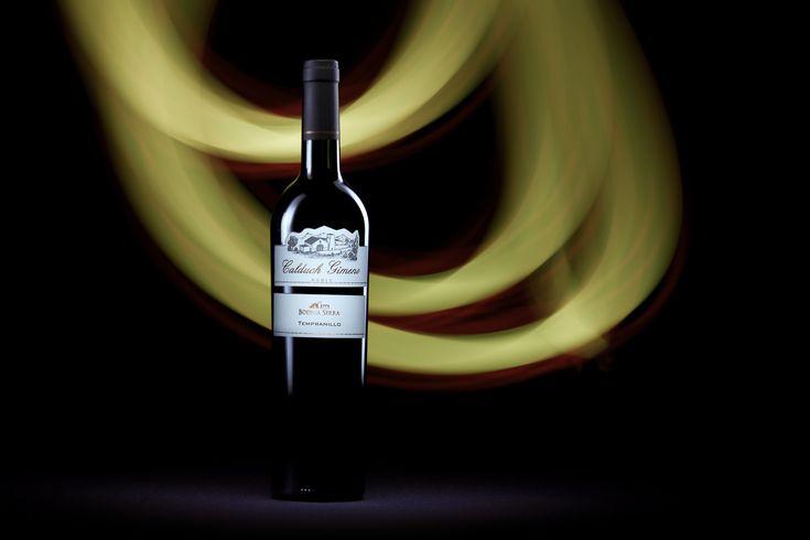 https://flic.kr/p/XocxaG | Bottle of wine from Bodega Serra, Calduch Gimeno, Roble, Tempranillo 2015 | Calduch Gimeno Roble, Tempranillo 2015 de La Vieja Bodega Serra  La bodega se comenzó a construir en 1898 y hoy mantiene su construcción original. Se encuentra en San Rafael, provincia de Mendoza, Argentina.  Mi nota de Cata 🍷🍷🍷 Se presenta con una profundidad media, de color carmesí con tonos granate. Es brillante y sedimentoso con lágrimas tupidas pero vertiginosas. Posee una…