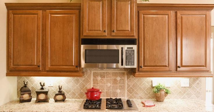 Mi microondas sobre el horno emite un zumbido. Los microondas sobre el horno son convenientes porque te dan más espacio en la encimera y ayudan a ventilar la cocina. Generalmente son ruidosos durante su funcionamiento normal, pero a veces pueden emitir zumbidos y chasquidos que son alarmantes. Escuchar estos sonidos extraños puede ser inquietante, pero no suele ser una señal de problemas. ...
