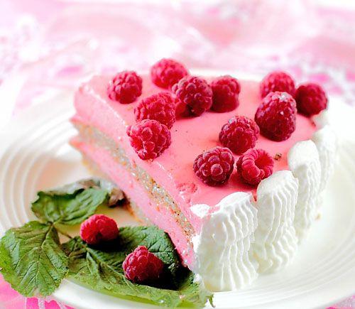 Нежный торт с изысканным вкусом из ореховой меренги и малинового суфле со сливками. Особенностями торта являются фундук в коржах, придающий карамельны