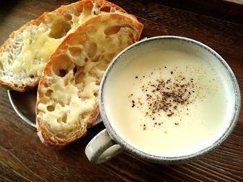 ハード系のパンを浸しながら食べると、カリフラワーのホクホク感が加わってとってもおいしい!  ミキサーで滑らか&クリーミーにしてもいいし、ちょっとだけ食感を残してみるのもおすすめですよ♪