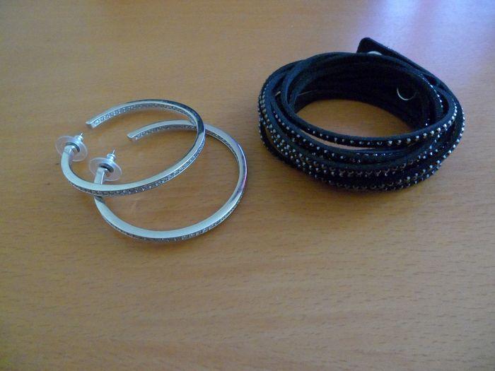 Swarovski - armband - paar oorbellen.  Veel 2 Swarovski sieraden. Geen vak of certificaat.1) een zwart kristal armband.2) een mooi paar hoepel Earriings. Ze hebben witte kristallen op de helftaan de buitenkant op de voorkant en de helft in de achterkant van de hoepel.Ze schitteren in het licht.Diameter is 5cm.In perfecte staat.Totaal (2)Verzending is geregistreerd met tracking nummer  EUR 8.00  Meer informatie